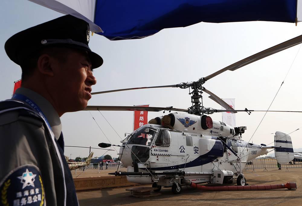 На статической экспозиции представлено более 120 самолетов и вертолетов, из них около 30 - китайского производства. На фото: противопожарный вертолет Ка-32A11BC
