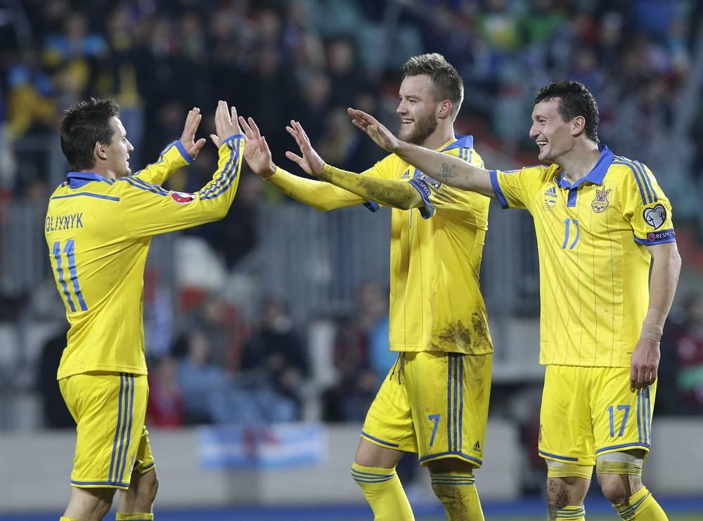 Сборная Украины благодаря хет-трику Андрея Ярмоленко (в центре) одолела на выезде команду Люксембурга.