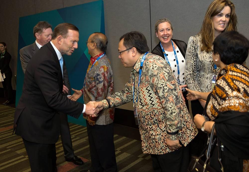 Премьер-министр Австралии Тони Абботт приветствует делегатов из Индонезии перед началом саммита G20 в Брисбене