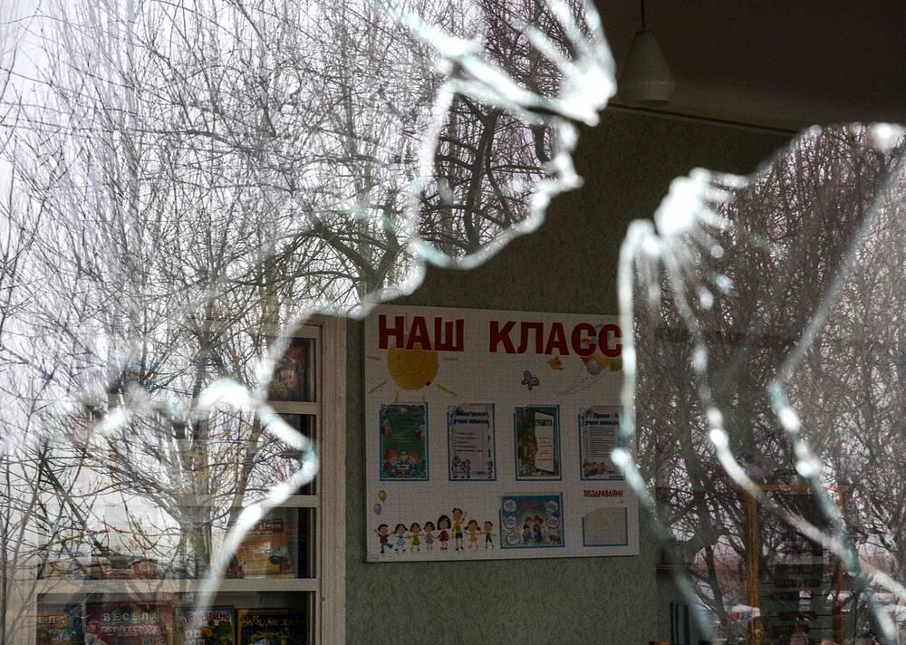 В Горловке обстрелу также подверглась школа № 20 (на фото). В оборонном ведомстве Донецкой народной республики пояснили, что снаряд не разорвался, но оставил пролом в стене школы размером около 2,5 м
