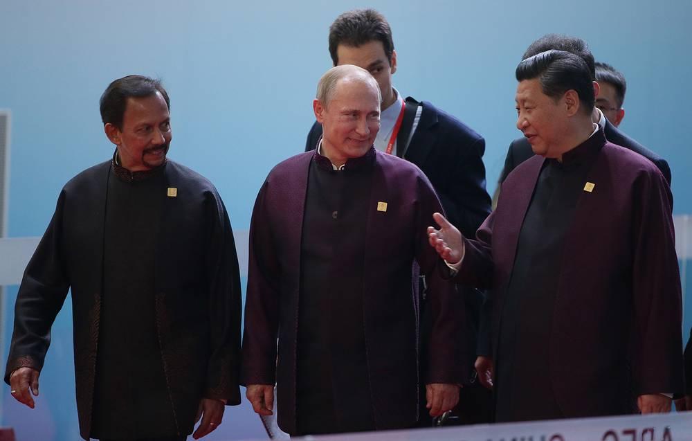 Султан Брунея Хассанал Болкиах, президент России Владимир Путин и председатель КНР Си Цзиньпин перед торжественным приемом от имени председателя Китайской Народной Республики Си Цзиньпина и Пэн Лиюань в честь лидеров экономик форума АТЭС, Пекин, 10 ноября