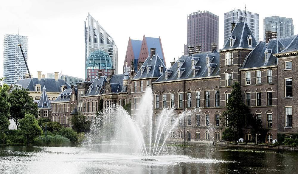 Фонтан в пруду Хоффейвер перед зданием Генеральных штатов (парламента) Нидерландов в Гааге
