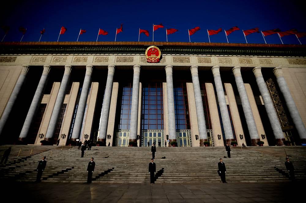 Солдаты перед восточными воротами Дома народных собраний (здание китайского парламента) на площади Тяньаньмэнь в Пекине