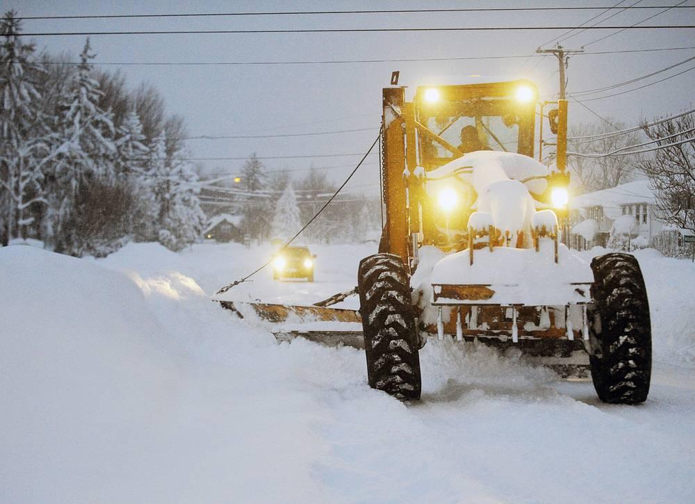 Снегоуборочные машины на Бродвее в Ланкастере, штат Нью-Йорк