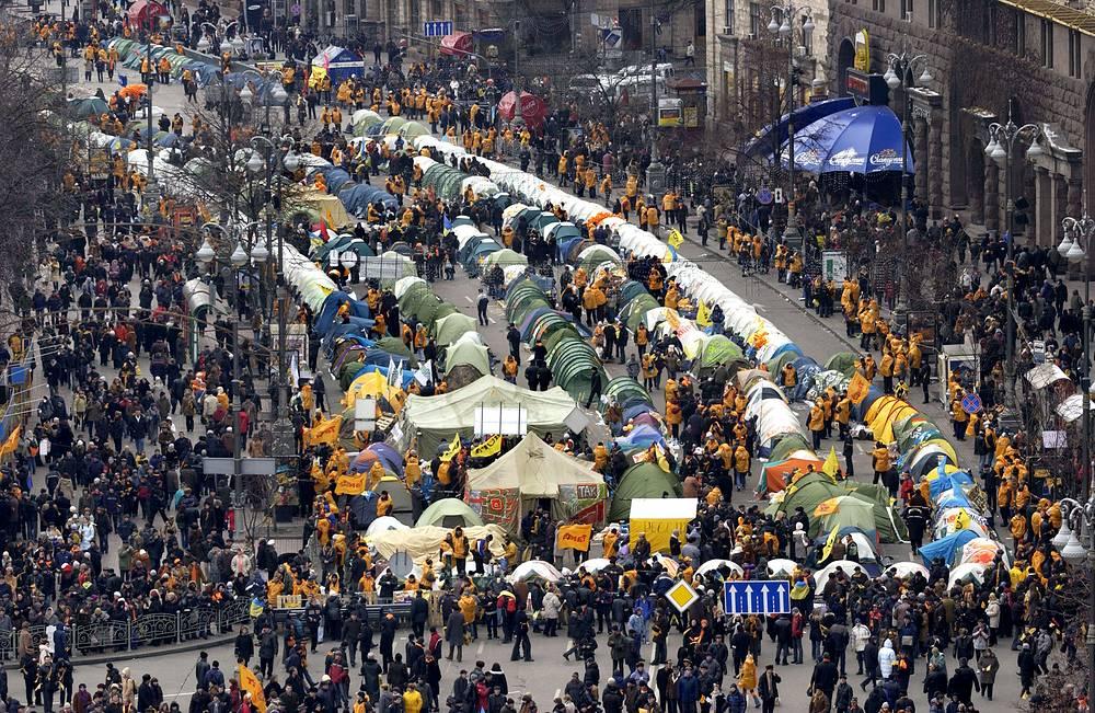 В день голосования 21 ноября сторонники Ющенко установили палатки на площади Независимости в центре Киева
