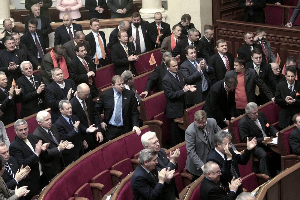 8 декабря Верховная рада утвердила новый состав ЦИК. В тот же день парламент внес поправки в закон о выборах президента и конституцию. Согласно изменениям в основной закон, власть президента была ограничена, а часть его полномочий перераспределена между парламентом и правительством. Верховная рада получила право назначать премьер-министра, правительство должна была сформировать коалиция депутатских фракций. Виктор Ющенко назвал подписание поправок великим компромиссом. Янукович заявил, что они незаконны