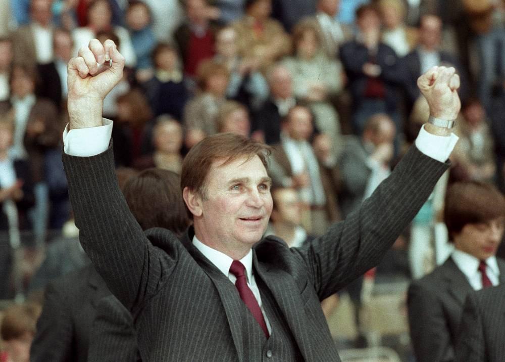 Виктор Тихонов радуется победе своей сборной на чемпионате мира. 1983 год