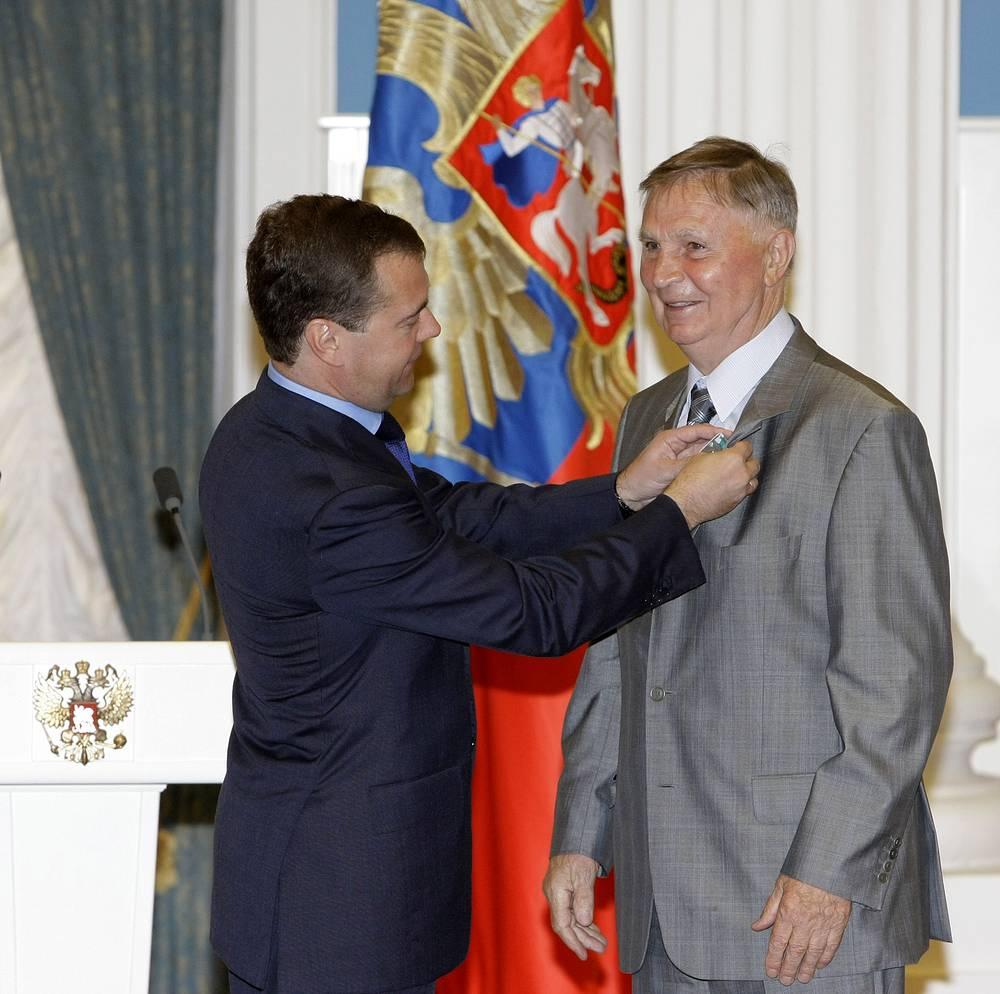 Дмитрий Медведев награждает Виктора Тихонова орденом Дружбы. 2010 год
