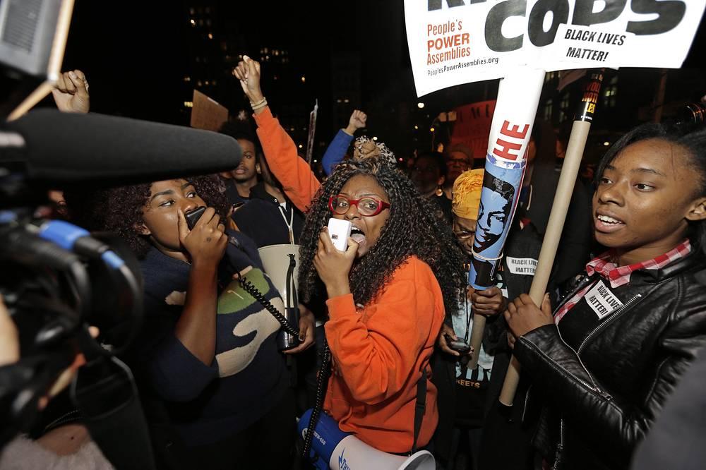 """В Нью-Йорке демонстранты, скандирующие """"Руки вверх! Не стреляй!"""", по сообщениям некоторых СМИ, перекрыли автомобильное движение по трем мостам. На фото: протестующие на Юнион-сквер в Нью-Йорке"""