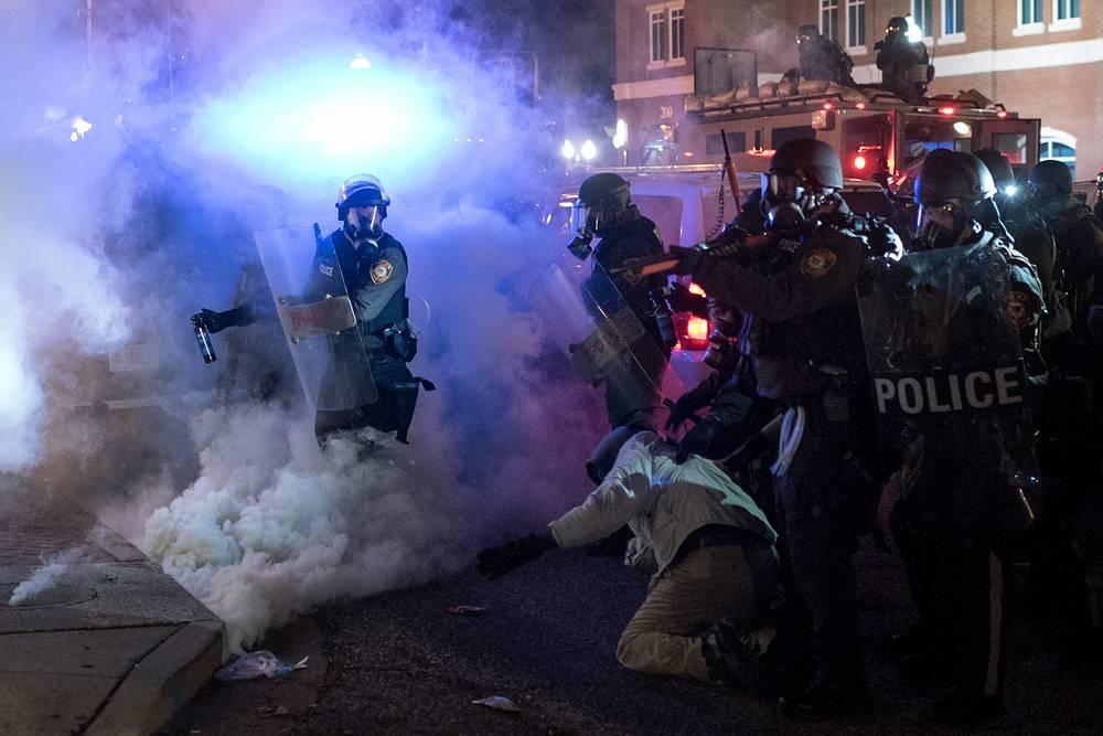 """Шеф полиции округа Сент-Луис Джон Белмар уверяет, что сложившаяся в Фергюсоне ситуация """"намного хуже"""", чем в августе этого года. Тогда люди вышли на улицы после гибели 18-летнего Майкла Брауна, протестуя против чрезмерного, по их мнению, применения силы стражами порядка. На фото: столкновения полиции с протестующими в Фергюсоне"""