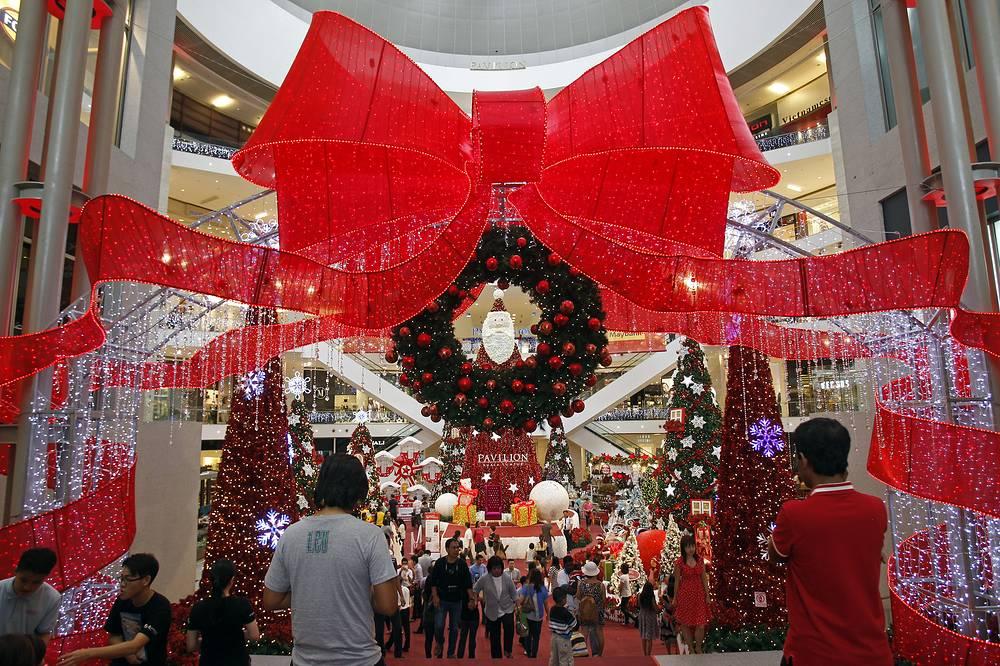 Рождественское украшение в одном из торговых центров в Куала-Лумпуре, Малайзия, 21 ноября