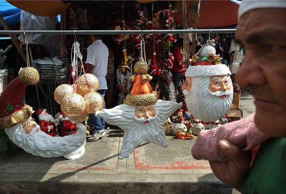 Рождественские украшения на рынке в Маниле, Филиппины, 20 ноября