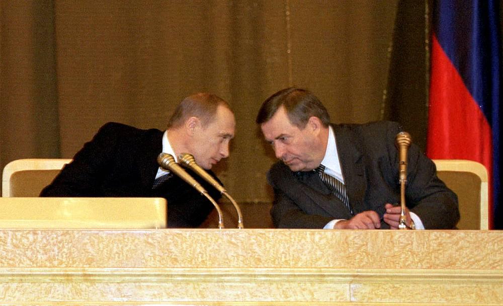В 2002 году Путин подробно остановился на вопросах повышения конкурентоспособности страны в мировой экономике. Среди приоритетов была названа реформа армии. На фото: президент РФ и председатель Госдумы Геннадий Селезнев в Мраморном зале Кремля перед оглашением послания, 18 апреля 2002 года