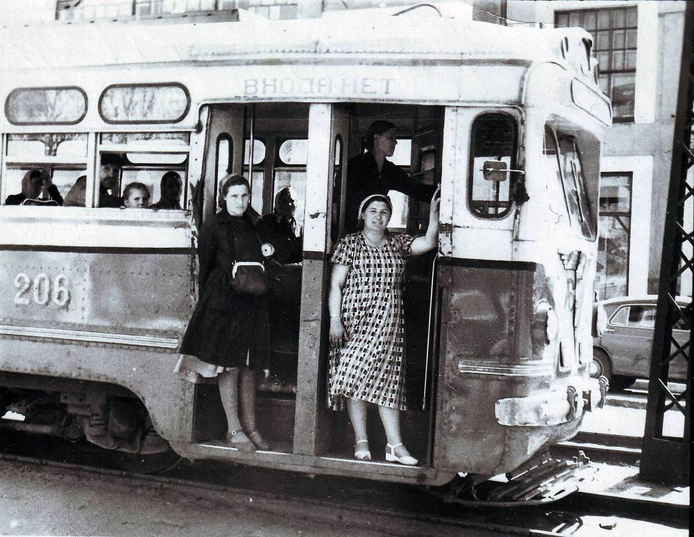 Первыми водителями, открывшими трамвайное движение, были исключительно женщины