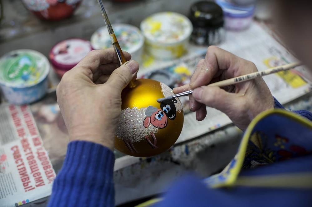 В этом году большим спросом пользуются елочные украшения с изображением символов грядущего года