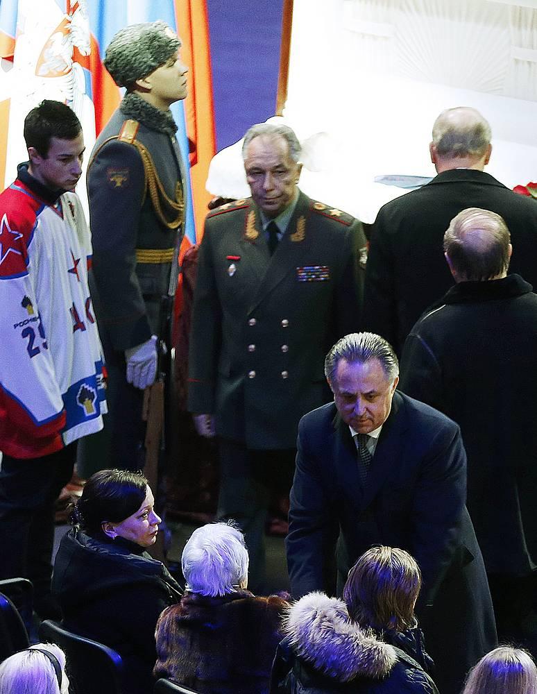 Министр спорта Виталий Мутко (справа на первом плане) на церемонии прощания