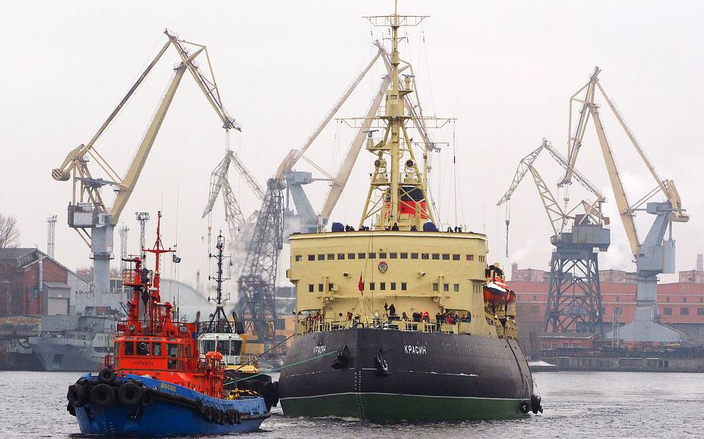"""Буксировка ледокола """"Красин""""  после ремонта, 28 ноября 2014 год"""