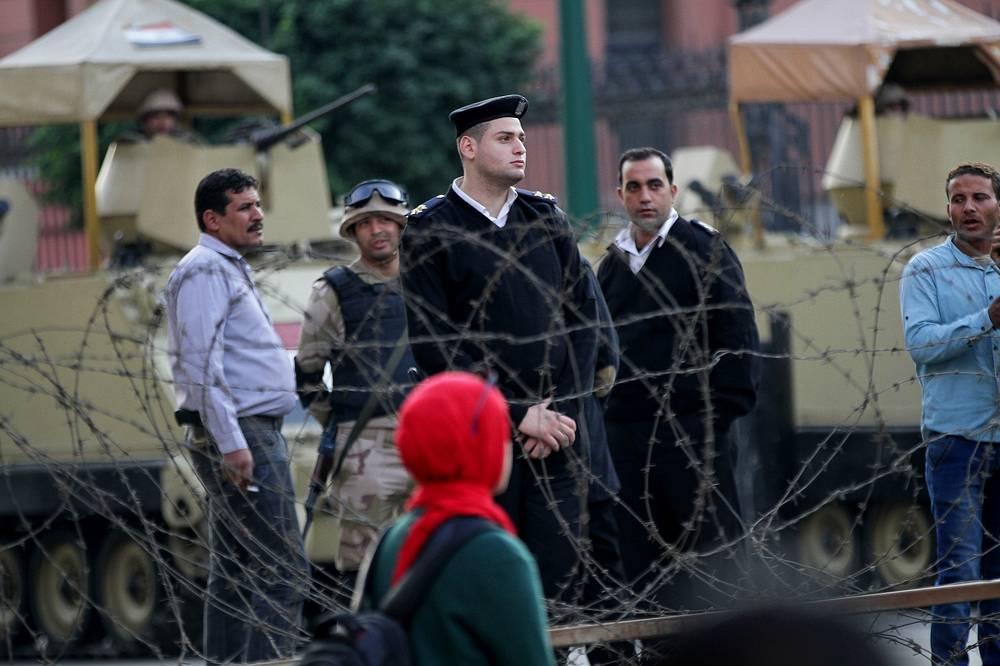 Нынешний процесс по делу о гибели демонстрантов стал уже повторным. Первый приговор к пожизненному заключению, вынесенный еще в июне 2012 года, был обжалован защитой Мубарака. Суд возобновился с нуля в апреле 2013 года и продолжался 496 дней. За это время состоялось 55 заседаний