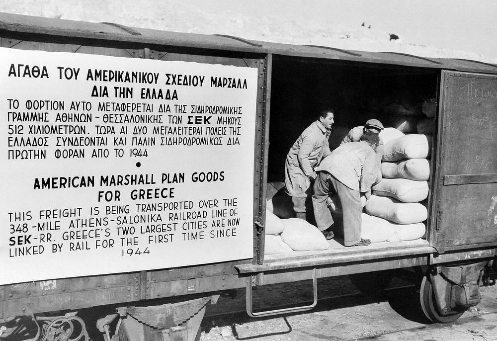 """3 апреля 1948 года в США вступил в действие план Маршалла. Одна из его главных целей - стабилизация экономики в европейских государствах, с тем чтобы не допустить прихода в них к власти коммунистических режимов. На фото: американская помощь для Греции, предоставленная в рамках программы """"План Маршалла"""", 1950 год"""