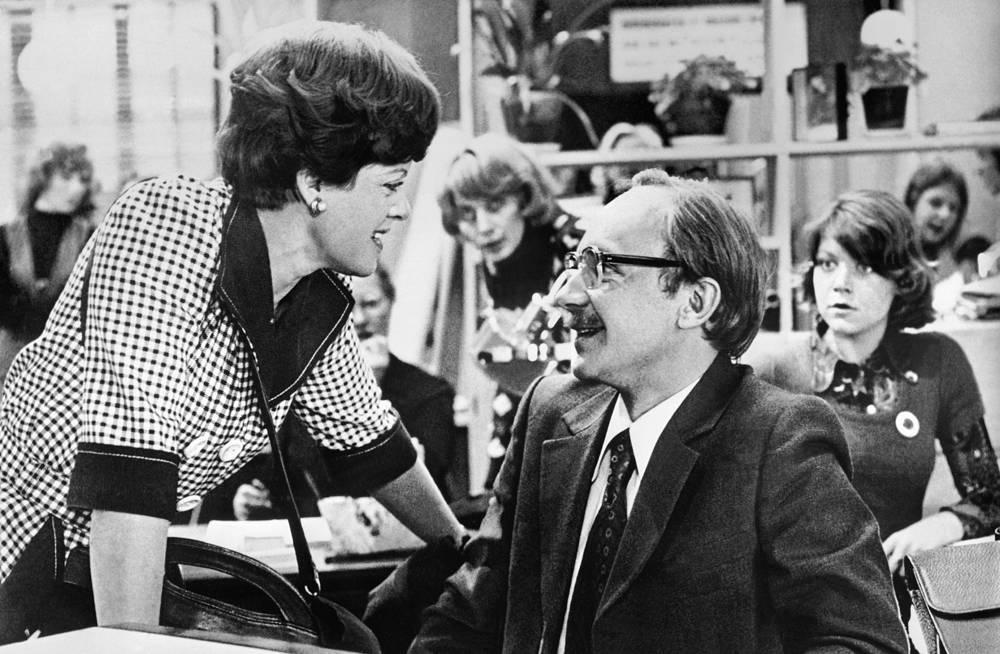 """Алиса Фрейндлих и Андрей Мягков в сцене из кинофильма """"Служебный роман"""", 1979 год"""