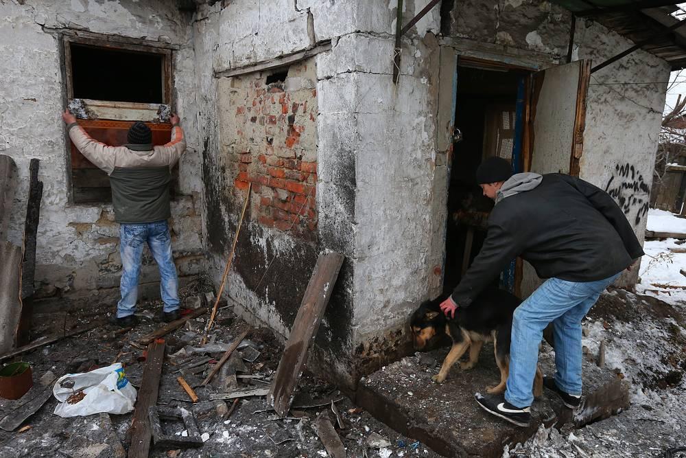 Дом, пострадавший в результате артобстрела в Куйбышевском районе Донецка