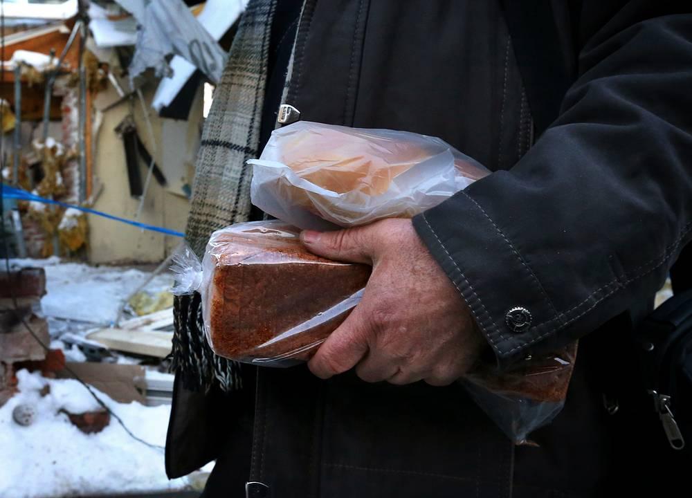 Житель Донецка с хлебом на привокзальном рынке