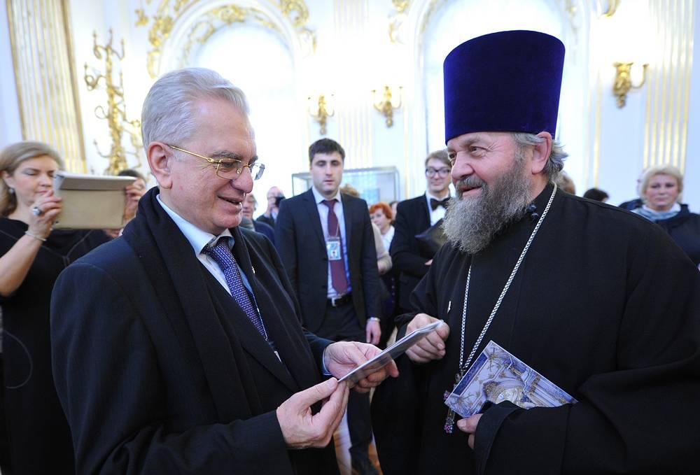 Михаил Пиотровский и настоятель Князь-Владимирского собора протоиерей Владимир Сорокин