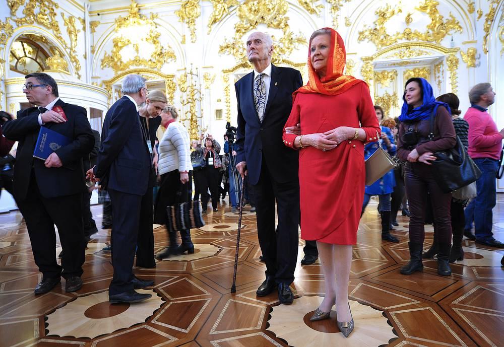 Князь Дмитрий Романов с супругой Доррит (в центре)