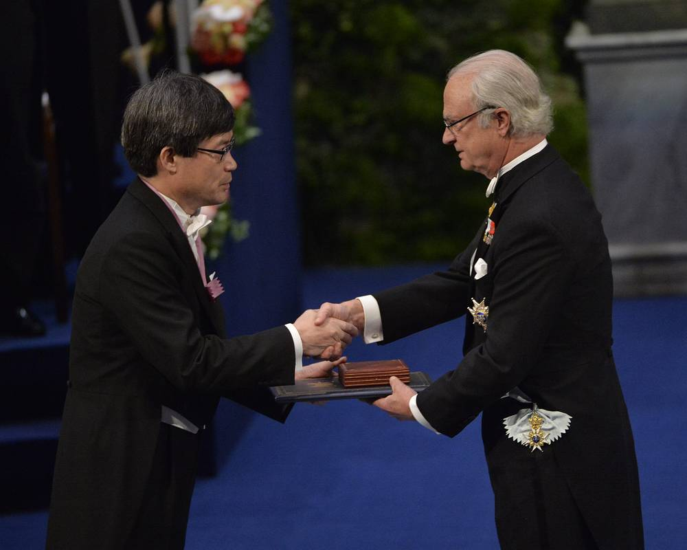 Лауреат  Нобелевской премии  по физике Хироси Амано и Карл XVI Густав
