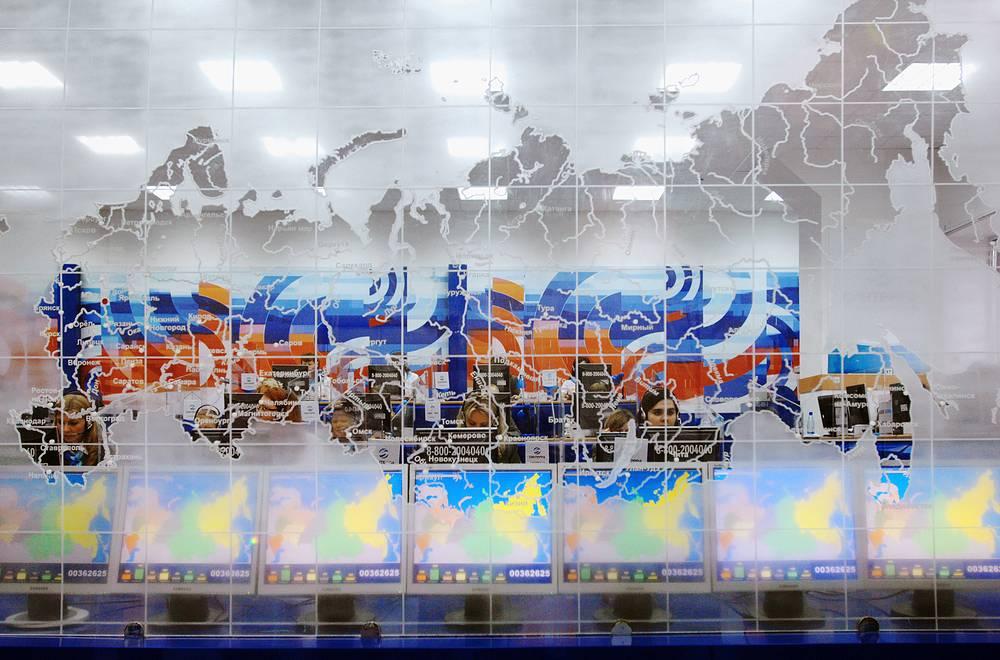 Глава 3. Федеративное устройство. В состав Российской Федерации входят 85 субъектов, в том числе 22 республики. На фото: центр по приему телефонных звонков президенту РФ, 2007 год