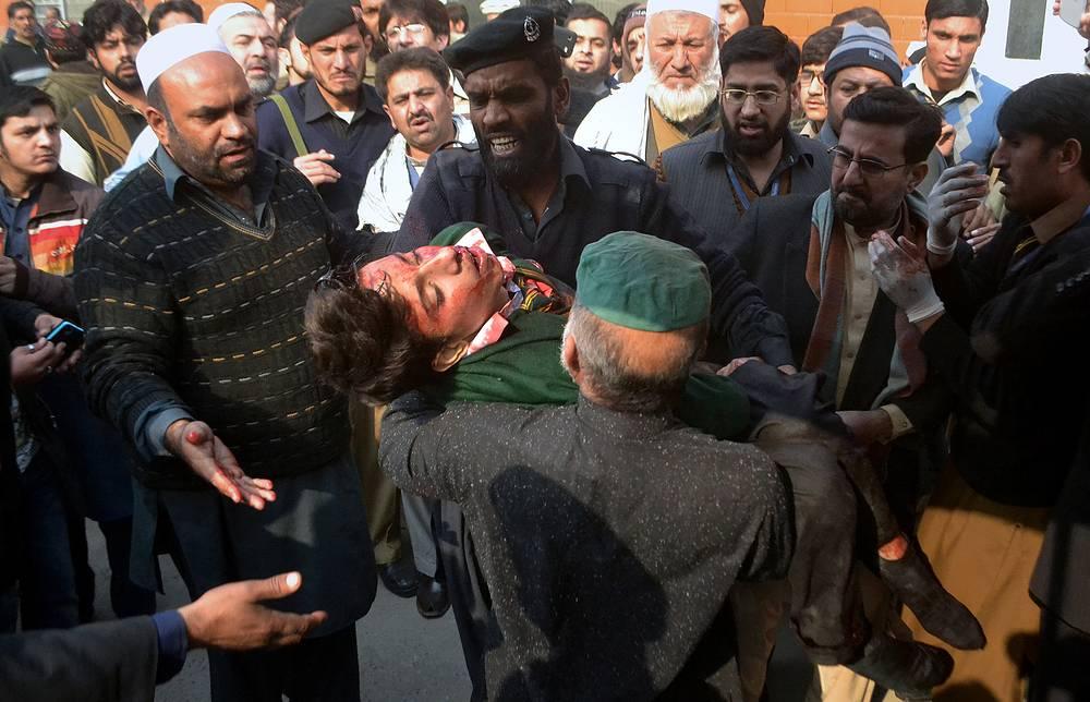 Экстремисты вступили в перестрелку с военными и полицией. Один из экстремистов взорвал бомбу в здании школы
