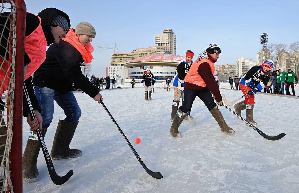 Студенты Уральского горного университета во время мачта по хоккею с мячом, 2013 год