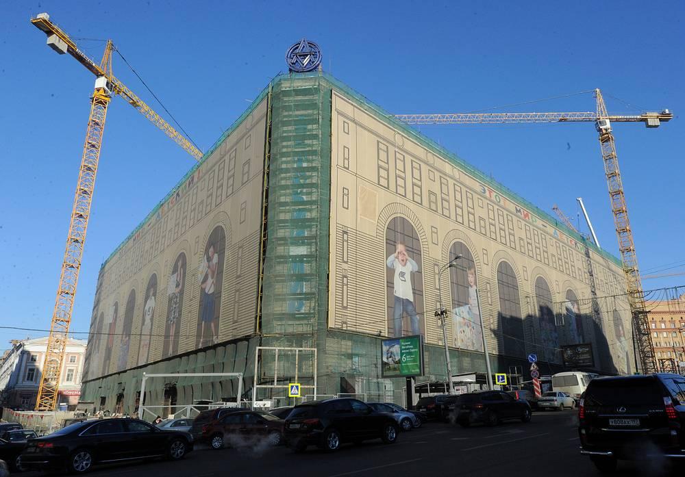 """Общая площадь составит 73 тыс. кв. м, из них 34,393 тыс. кв. м - арендуемые площади. Предполагается, что ежедневно магазин будут посещать более 50 тыс. человек. Здание """"Детского мира"""" на Лубянской площади, 2012 год"""