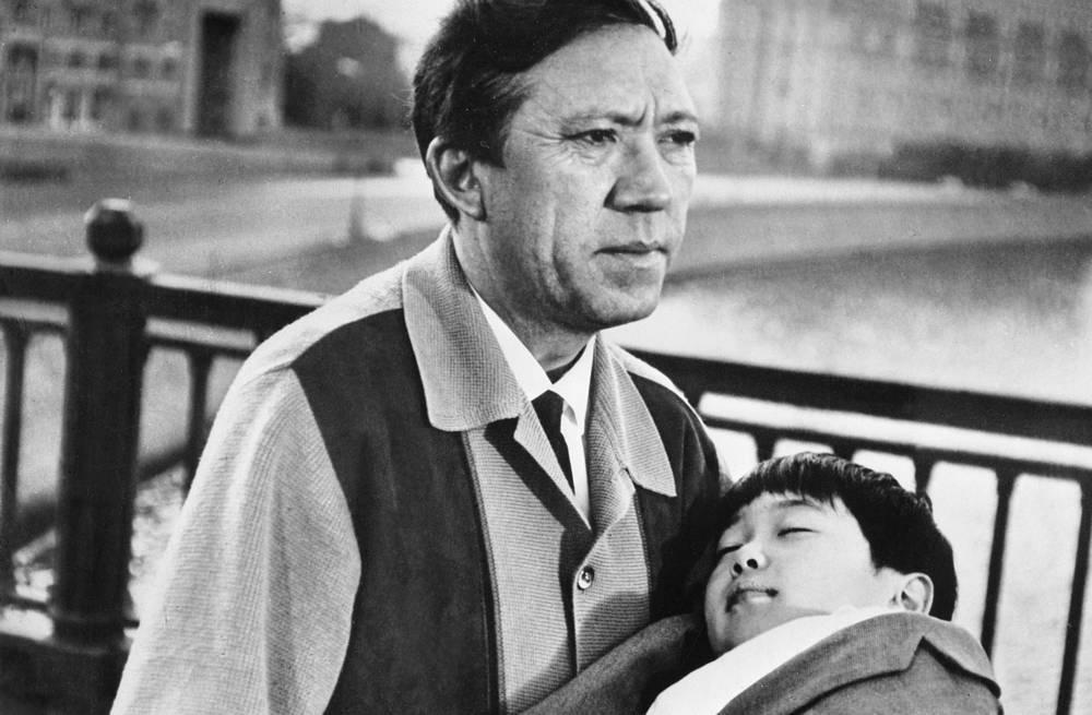 """Кадр из первого советско-японского художественного фильма """"Маленький беглец"""", 1967 год. Юрий Никулин с уснувшим Кэном на руках идет по Москве"""