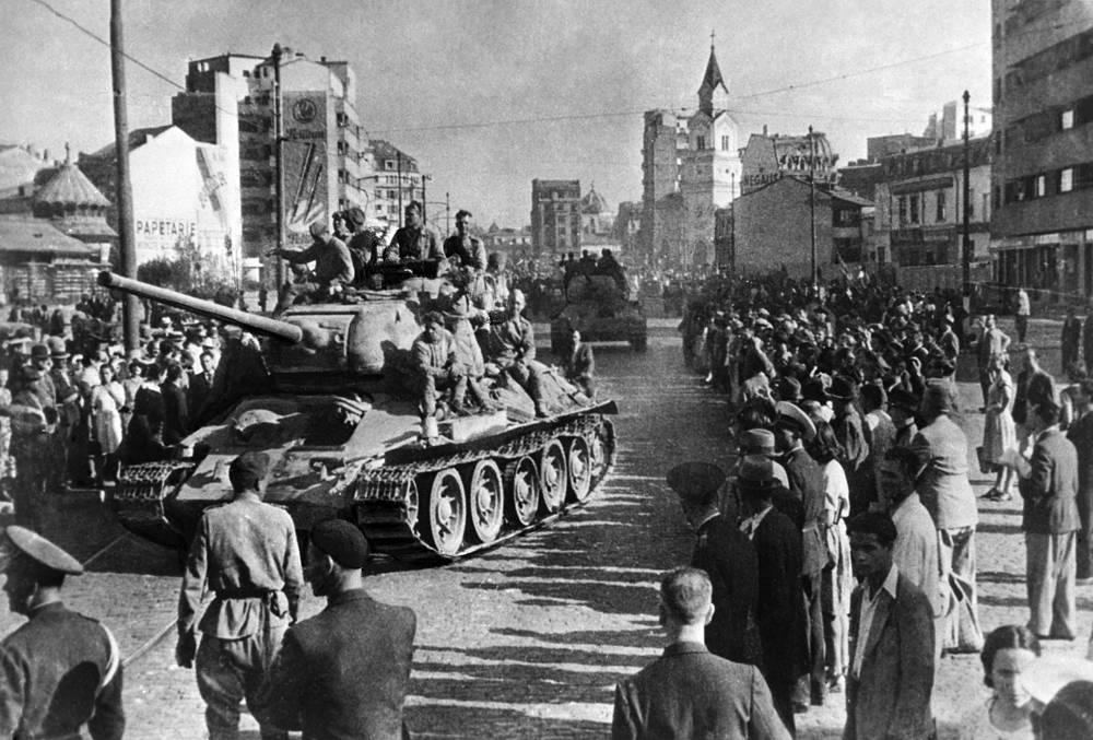 Т-34 оказал огромное влияние на исход войны и дальнейшее развитие мирового танкостроения. На фото: освобождение Бухареста советскими войсками, 1944 год