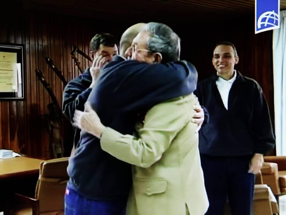 По версии Гаваны, освобожденные разведчики выполняли задание по обезвреживанию антикубинских группировок в Майами, чтобы предотвратить вооруженные провокации и террористические акты. На фото: Рауль Кастро приветствует вернувшихся на Кубу агентов из героической пятерки Херардо Эрнандеса, Антонио Герреро и Рамона Лабаниньо