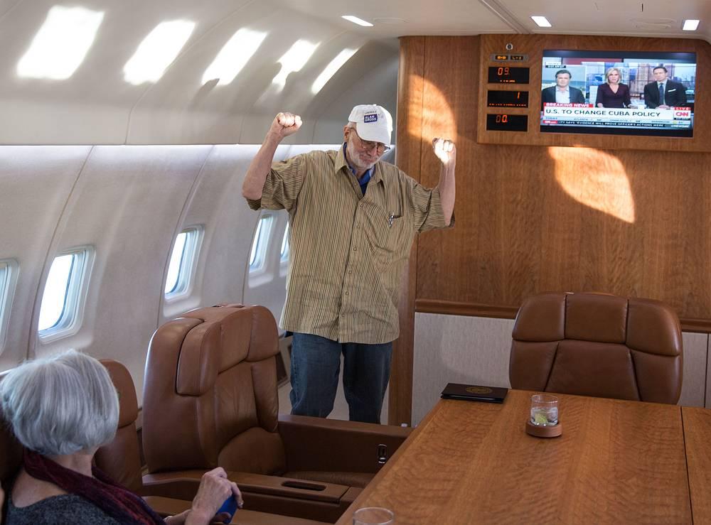 17 декабря власти Кубы освободили американца Алана Гросса, задержанного в 2009 году за незаконный ввоз на остров телекоммуникационного оборудования. Аналогичное решение Гавана приняла в отношении человека, передававшего информацию американской разведке, который также отбывал наказание в кубинской тюрьме. На фото: Алан Гросс с супругой возвращается в США, 17 декабря 2014 года