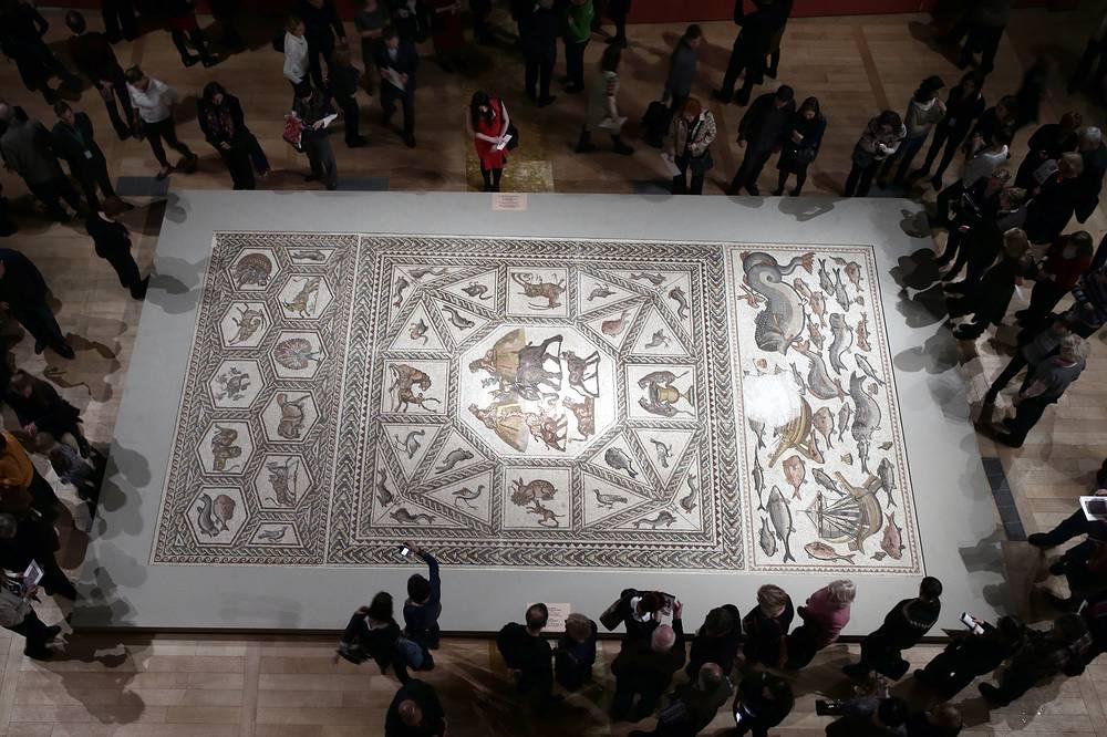 Римская напольная мозаика III - начала IV века, состоящая из мозаичных изображений площадью 150 кв. м, представлена на экспозиции в Государственном Эрмитаже, 18 декабря. Древнеримская мозаика была найдена в 1996 году в израильском городе Лод, входившем в Римскую Империю