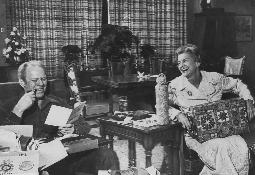 Президент Джеральд Форд и первая леди Бетти Форд открывают рождественские подарки и открытки, 1976 год
