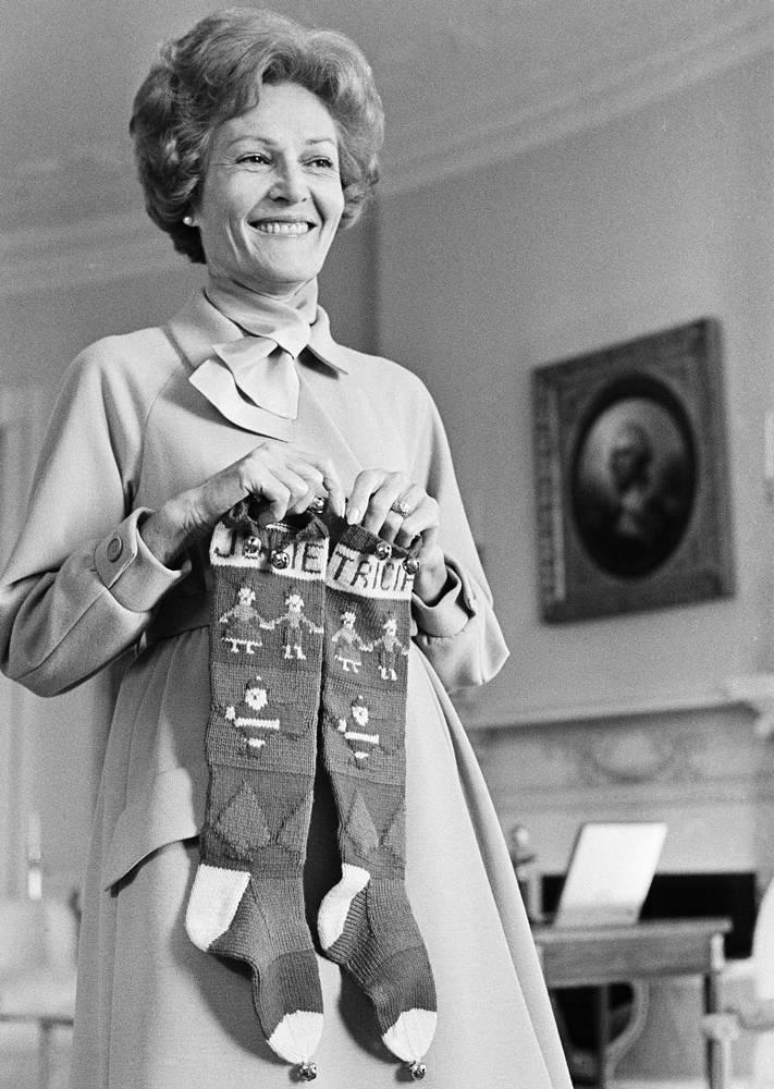 Первая леди Пэт Никсон с носками с именами дочерей Джулии и Триши помогает украшать Белый дом к Рождеству, 1969 год