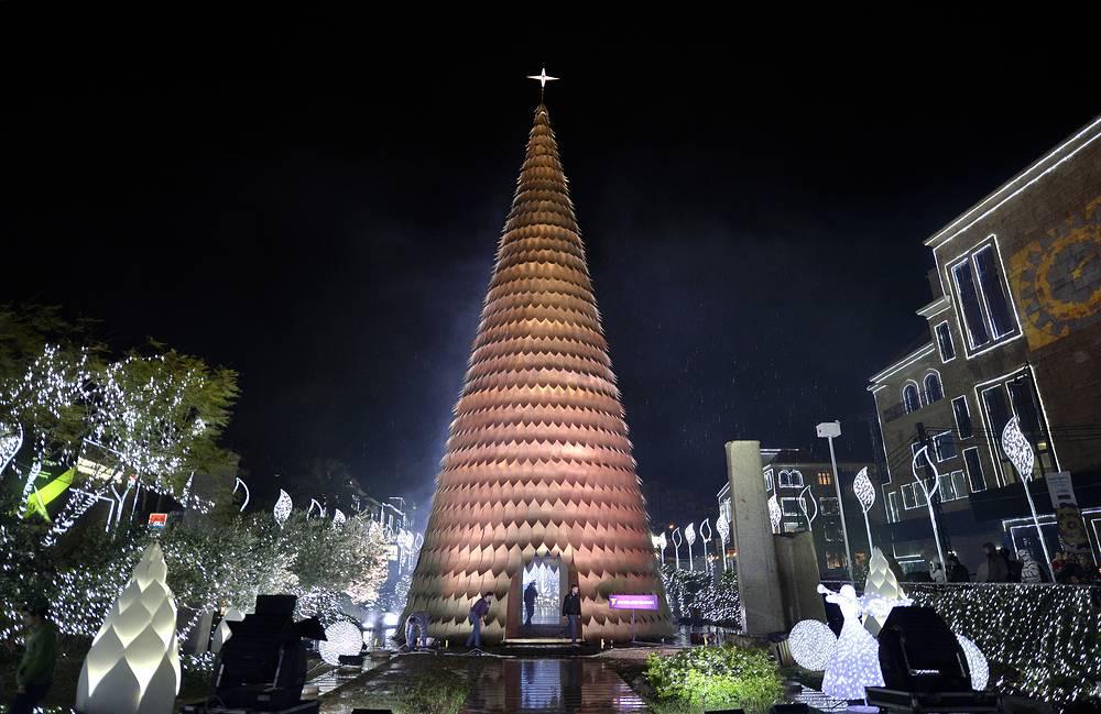 30-метровая рождественская ель составленная из 2,5 тыс. золотистых металлических лепестков, в Джебели (Библос), Ливан
