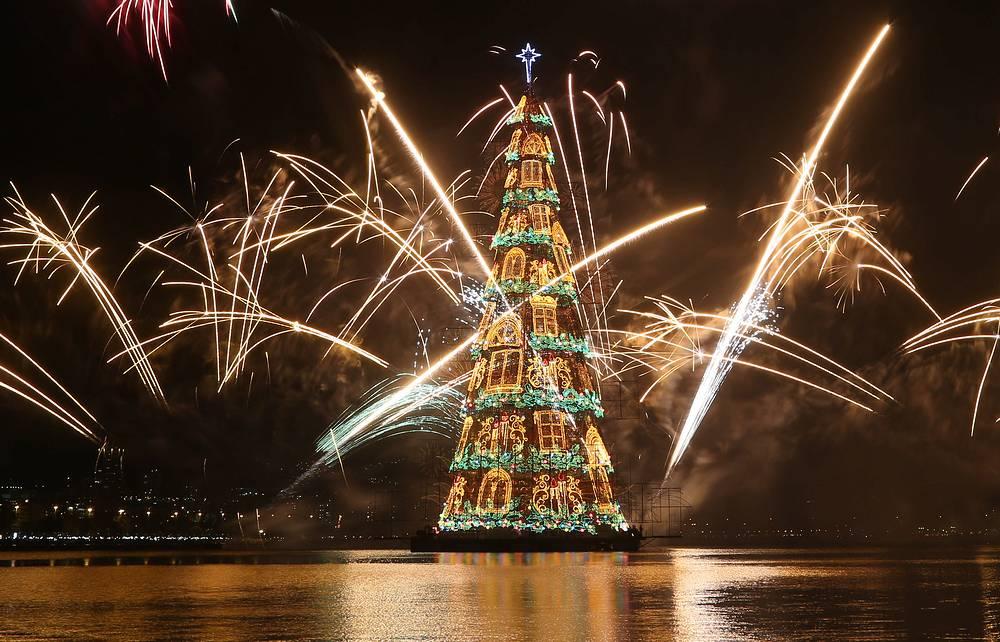 Церемония зажжения самой высокой плавучей елки в мире в лагуне Родриго-де-Фрейтас в Рио-де-Жанейро, Бразилия. Высота инсталляции  85 м, вес 542 тонны, ее украшает 3,1 млн огней