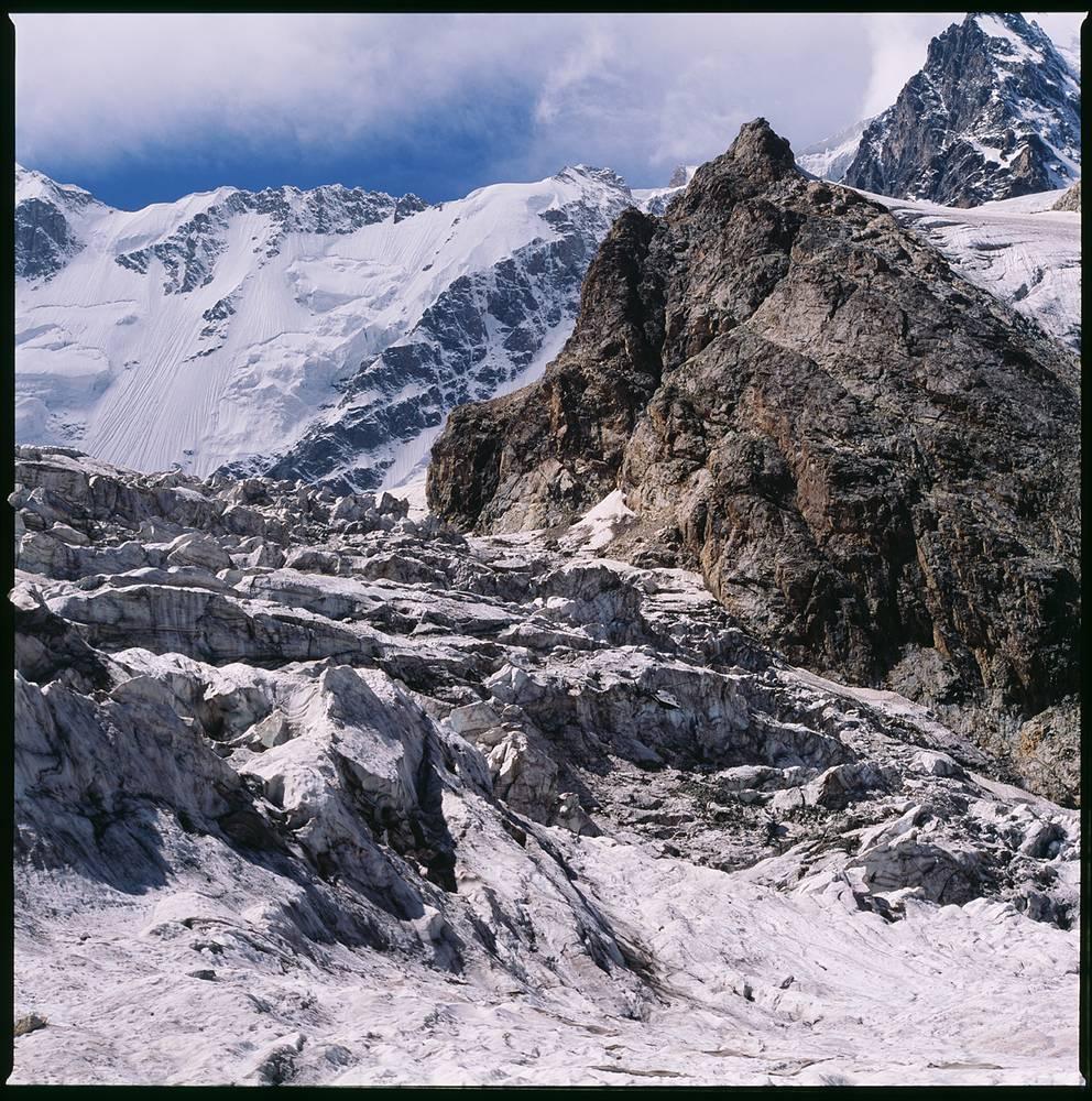 Кабардино-Балкария. Полет в трещинах ледника Безенги.