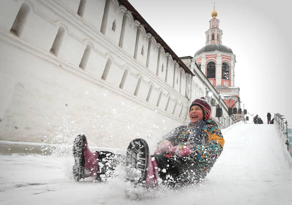 Во время катания на искусственной ледяной горке у Свято-Данилова монастыря