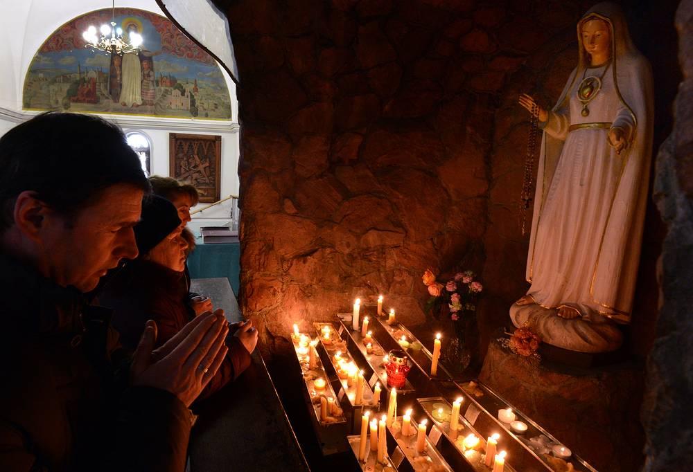 Верующие перед празднованием Рождества в костеле Святых Симеона и Елены в Минске, 24 декабря