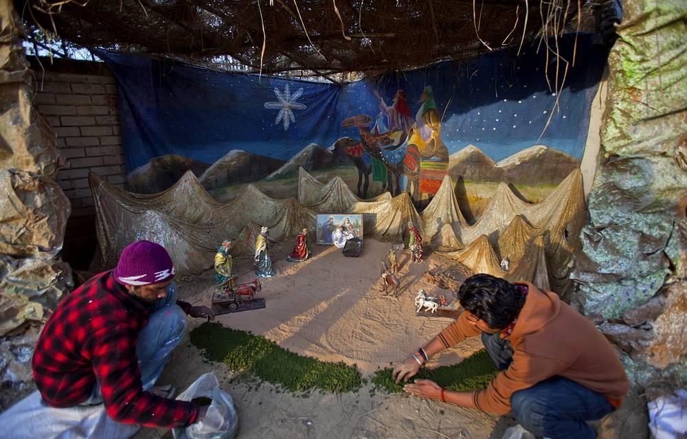 Пакистанские христиане завершают последние приготовления к Рождеству в Исламабаде, 24 декабря