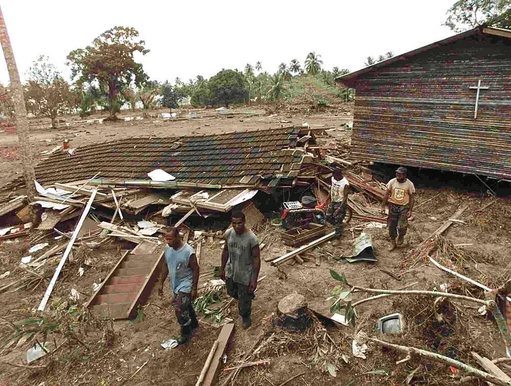 17 июля 1998 года землетрясение магнитудой 7,1 ударило по северному побережью Папуа - Новой Гвинеи, вызвав цунами. Оно унесло жизни более 2 тыс. человек, 500 пропали без вести, 10 тыс. стали бездомными. На фото: лагуна Сиссано