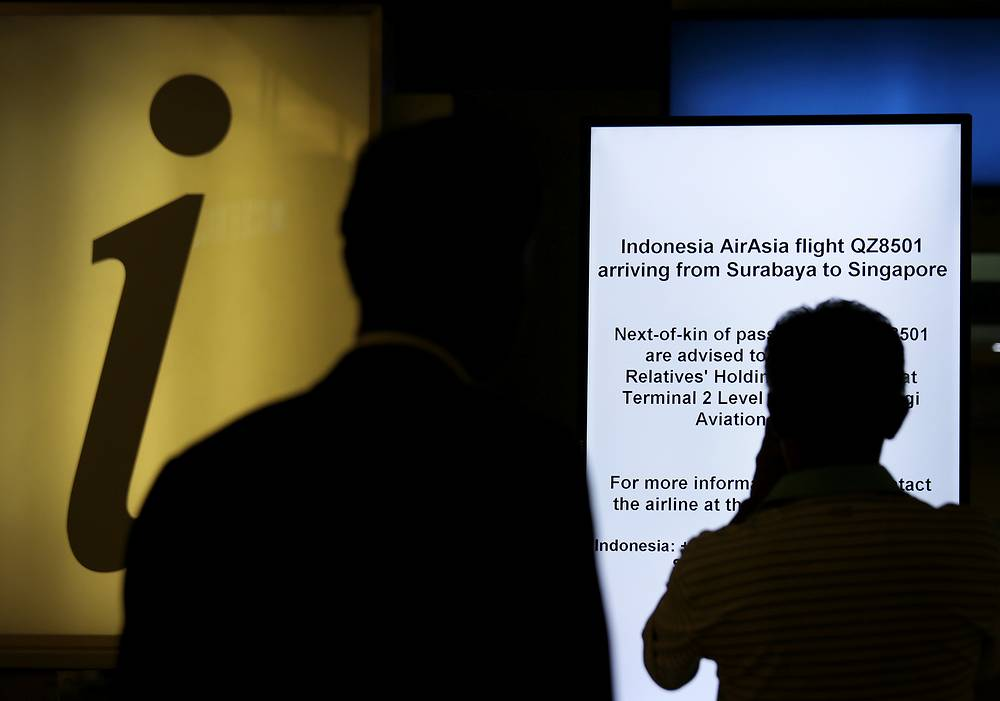 На рейс зарегистрировались 155 человек. Табло с информацией для родственников пассажиров рейса QZ8501 в международном аэропорту Чанги