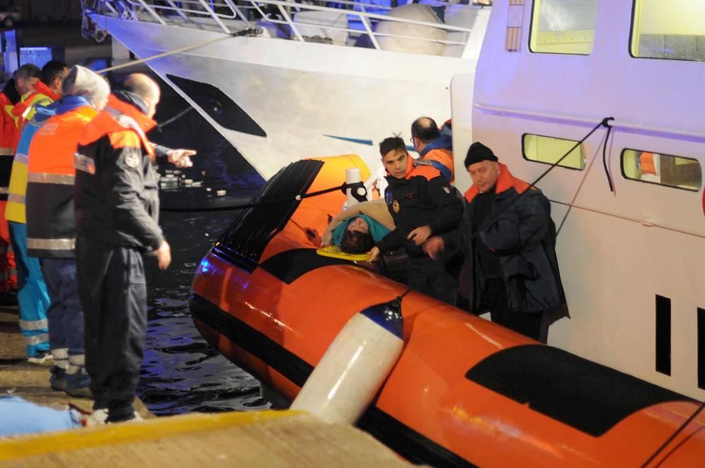 В районе аварии работают восемь итальянских вертолетов и один греческий Super Puma. Еще четыре греческих вертолета находятся в аэропорту Керкиры (остров Корфу) и два - на аэродроме в Актио, также в готовности находятся два военно-транспортных самолета C-130
