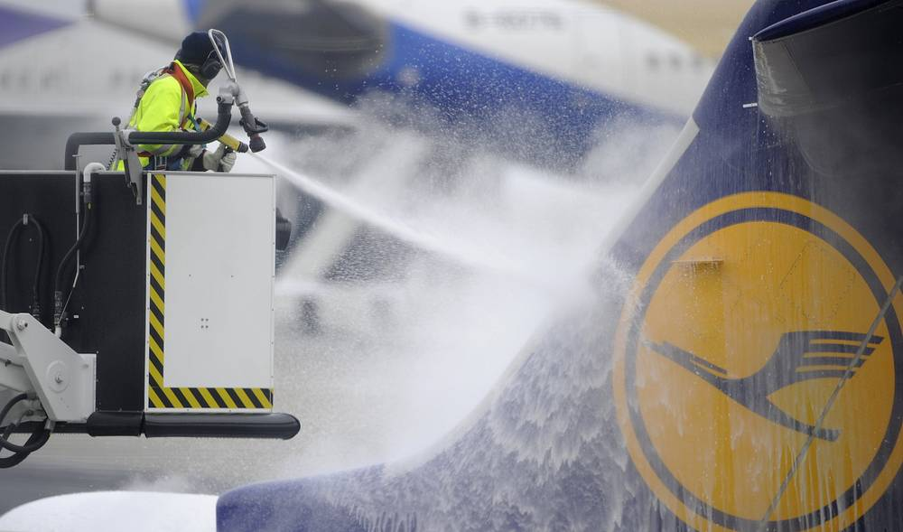 Очистка самолета от льда на взлетно-посадочной полосе, аэропорт Франкфурта-на-Майне
